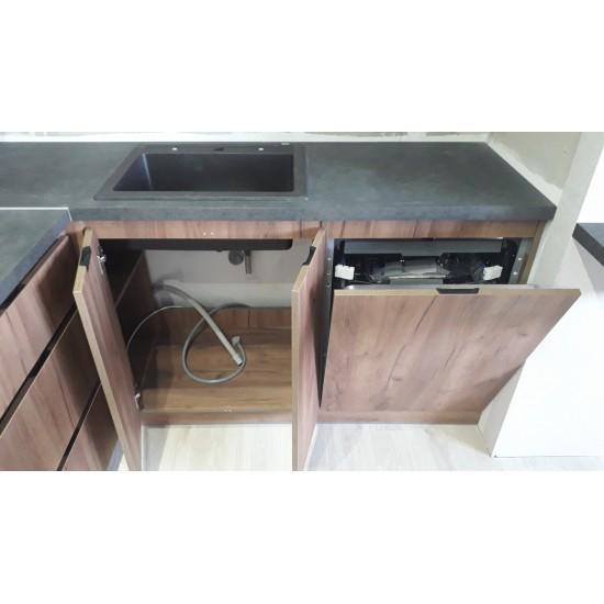 Кухня современная с пеналом, из ДСП со встроенными ручками